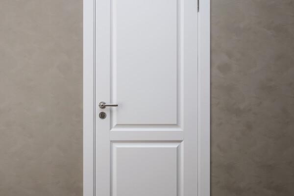 آبجکت سه بعدی در اتاق  سفید عکس اصلی